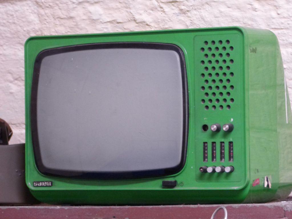 Grüner Fernseher als Symbolbild für das spanische Fernsehen in Deutschland