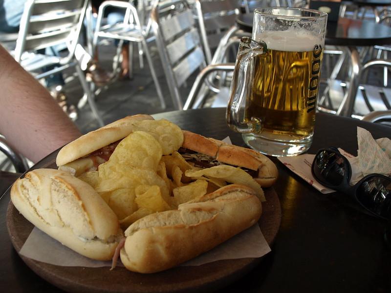 4 montaditos, ein paar Chips und eine jarra de cerveza (500 ml Bier)
